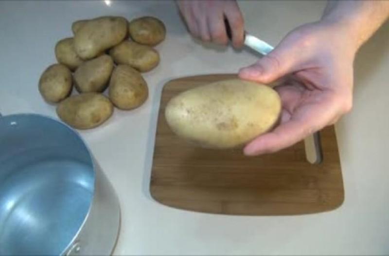Χάραξε μια πατάτα και τις έβαλε στην κατσαρόλα! Ο λόγος; Εκπληκτικός!
