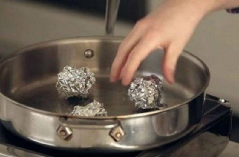 Μέσα σε ένα τηγάνι βάζει αλουμινόχαρτο. Αυτό που ακολουθεί θα σας αφήσει άφωνους!