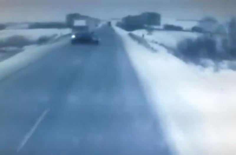 Σοκαριστικό βίντεο της σύγκρουσης αυτοκινήτου με φορτηγό! Νεκρές μητέρα και κόρη!