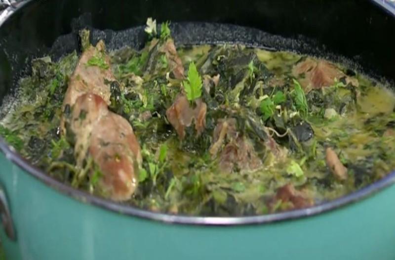 Χοιρινό φρικασέ με μαρούλι και σπανάκι! (Video)