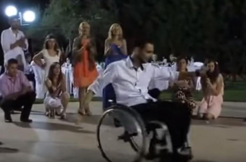Το ηρωικό ζεϊμπέκικο ενός άνδρα σε αναπηρικό αμαξίδιο που δείχνει ότι χρειάζεται μόνο δύναμη ψυχής!