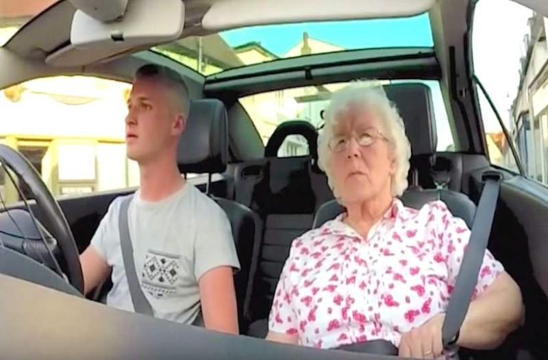 Τοποθετεί κρυφή κάμερα στο αυτοκίνητο και πάει βόλτα τη γιαγιά - Προσέξτε τώρα την αντίδρασή της όταν ακούει στο ραδιόφωνο ότι…