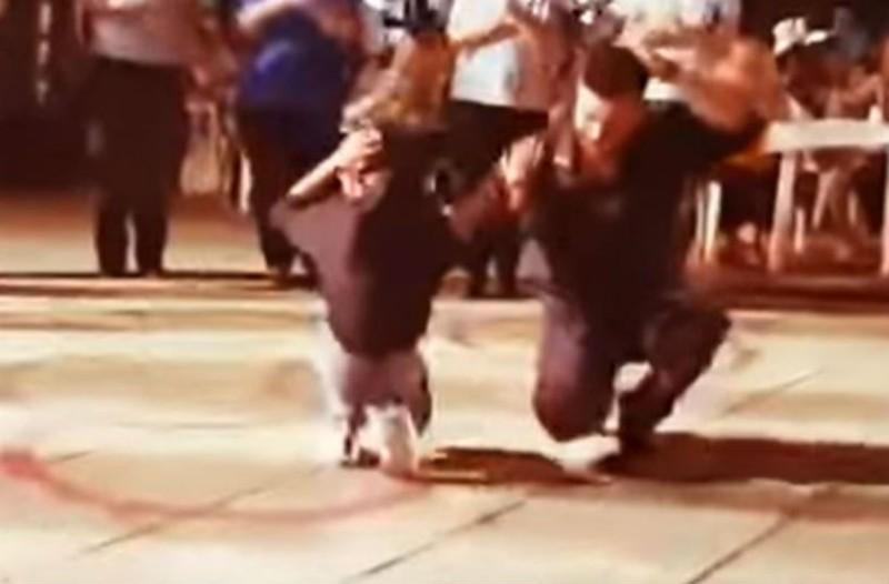 Λεβέντης χορεύει απτάλικο ζεϊμπέκικο και