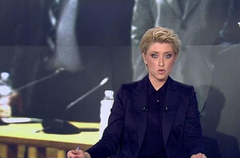 Θεά η Σία Κοσιώνη: Έβαλε τζιν παντελόνι με γαλάζιο πουκάμισο και προκάλεσε