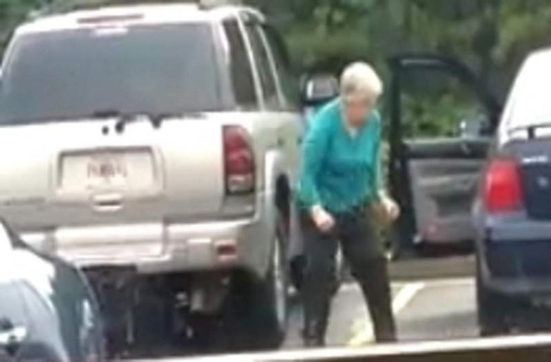 Η γιαγιά δεν ήξερε ότι της είχαν βάλει κρυφή κάμερα! Μόλις δείτε τι κάνει όταν βγαίνει από το αμάξι, θα πάθετε σοκ!