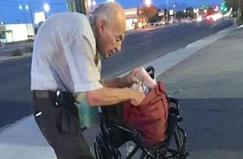 Ο ταλαιπωρημένος παππούς καθόταν κάθε μέρα στο ίδιο σημείο - Τότε μια άγνωστη κοπέλα τον πλησιάζει και κάνει το αδιανόητο!