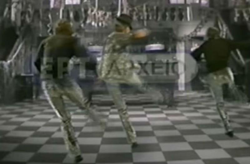 Original ζεϊμπέκικο: Πασίγνωστος Έλληνας χορεύει και
