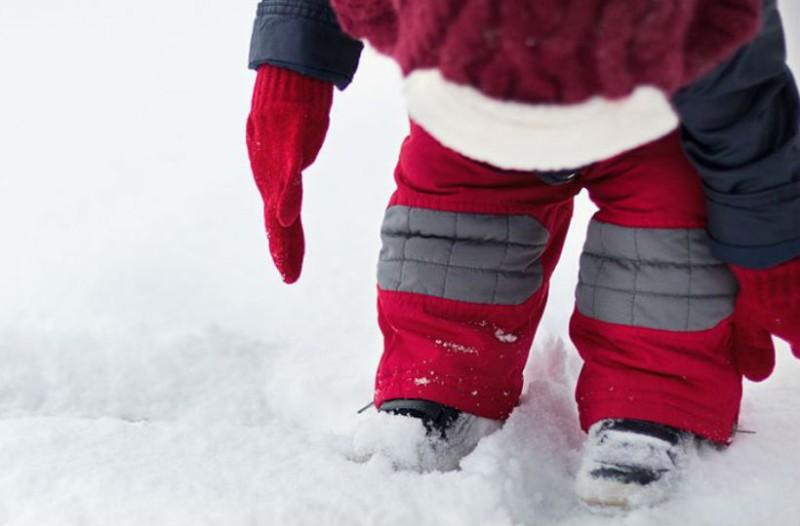 Αυτός ο μπόμπιρας είδε για πρώτη φορά χιόνι! Η αντίδραση του κάνει το γύρο του κόσμου!