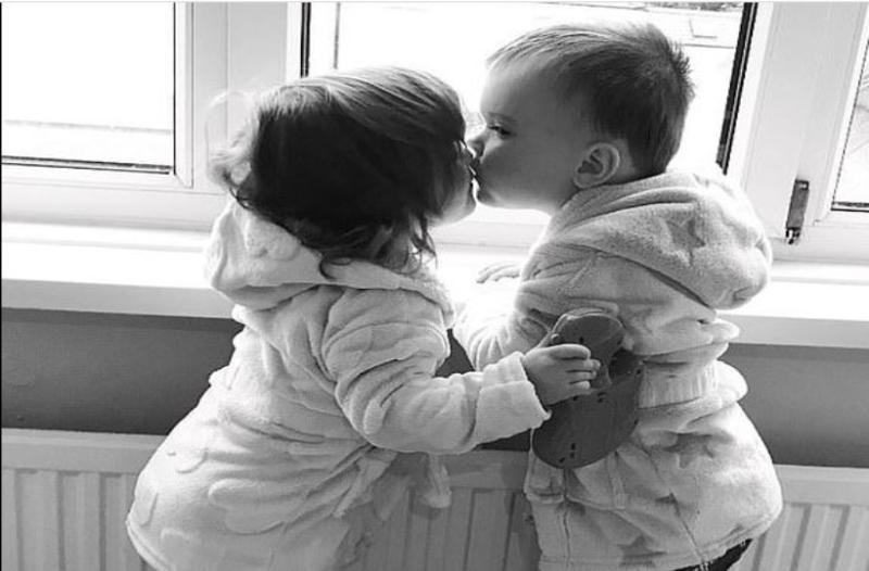 Αυτά τα δύο δίδυμα είναι μόλις τριών χρονών. Όταν το ένα διαγνώστηκε από λευχαιμία έκαναν κάτι που...ραγίζει καρδιές!
