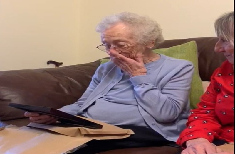 Αυτή η 93χρονη γιαγιά ξέσπασε σε κλάματα όταν είδε φωτογραφία του νεκρού άνδρα της...Αυτό που αντίκρισε ραγίζει καρδιές!