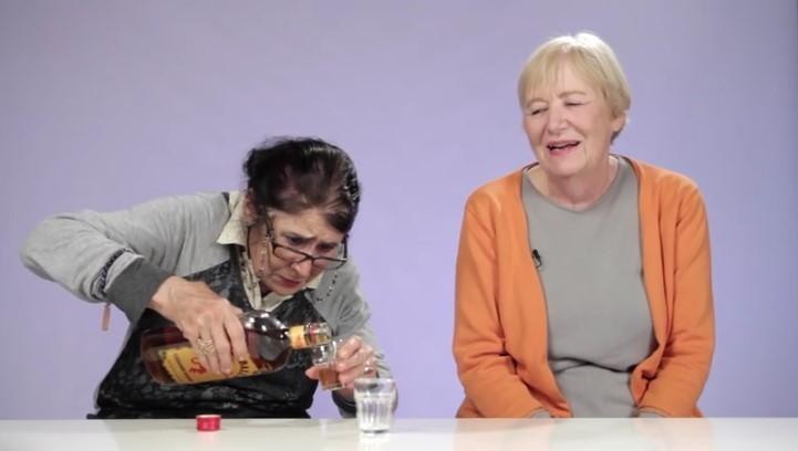 Αυτές οι γιαγιάδες δοκιμάζουν για πρώτη φορά ουίσκι με κανέλα! Μόλιες δείτε την αντίδρασή τους θα πάθετε πλάκα!