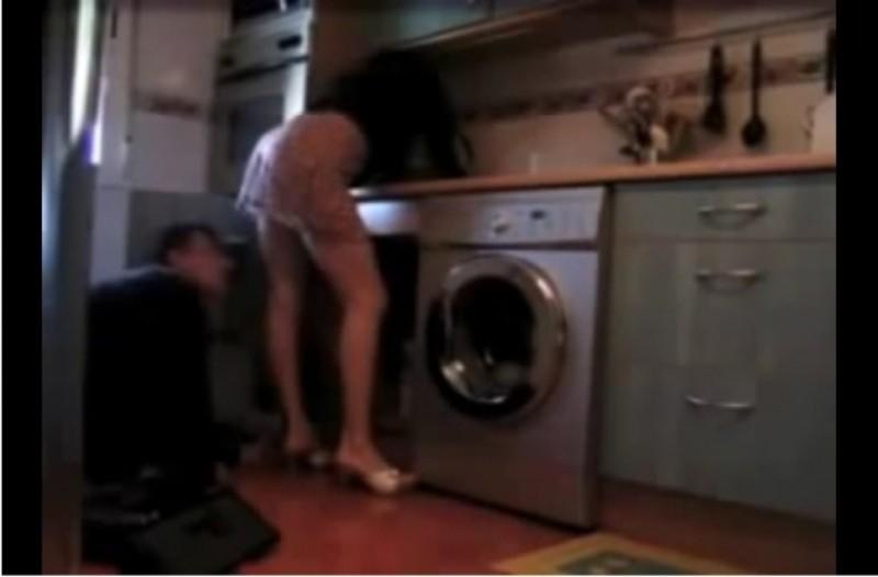 Άντρας έβαλε κρυφή κάμερα στο σπίτι για να δει τι κάνει μόνη η γυναίκα του! Τότε κατέγραψε τον υδραυλικό να...