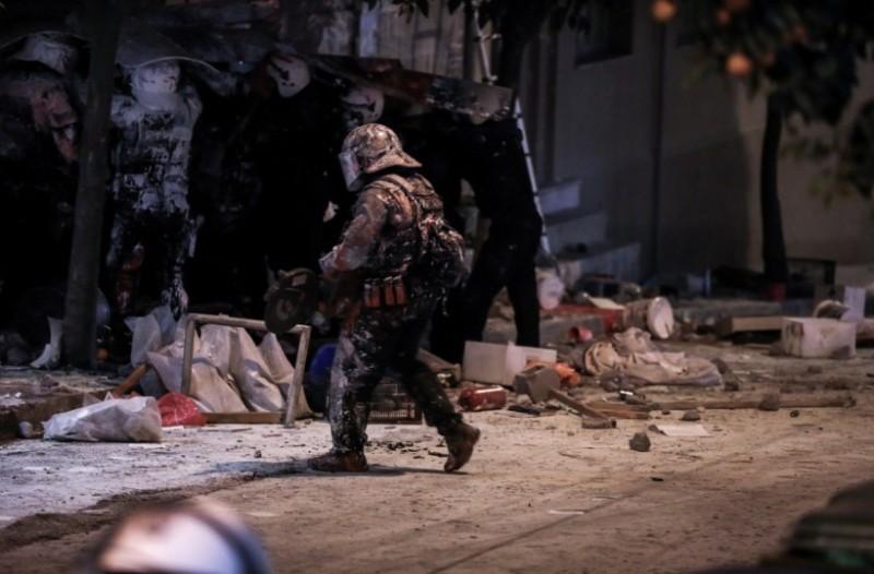 Χάος στο Κουκάκι: Συλλήψεις, τραυματισμοί αστυνομικών και «πόλεμος» για την εκκένωση των καταλήψεων!