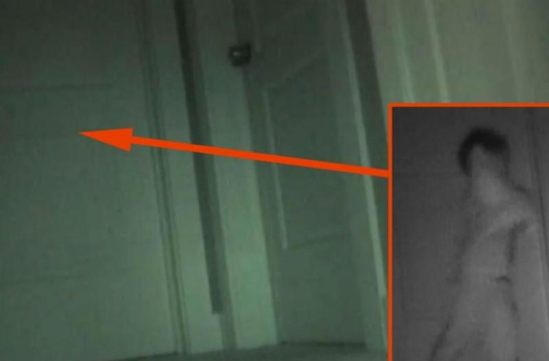 Κάθε βράδυ, η κόρη τους έχανε τα παιχνίδια. Όταν οι γονείς της είδαν τι κατέγραψε η κρυφή κάμερα, πάγωσαν!
