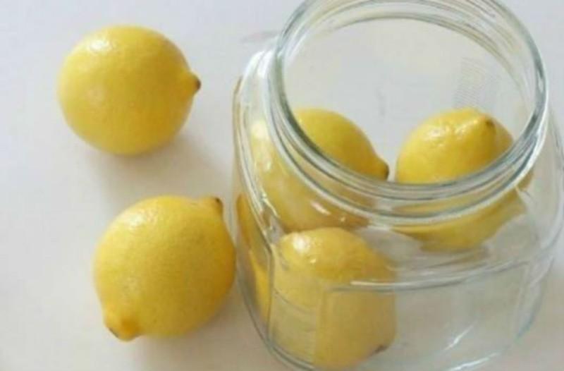 Μέσα σε ένα μπολ με νερό έβαλε λεμόνια... Ο λόγος; Τρομερός!