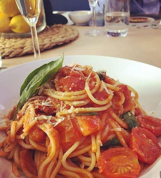 Με αυτό το κόλπο μπορείτε να βάζετε τα μακαρόνια στο πιάτο σαν... επαγγελματίας Ιταλός σεφ!