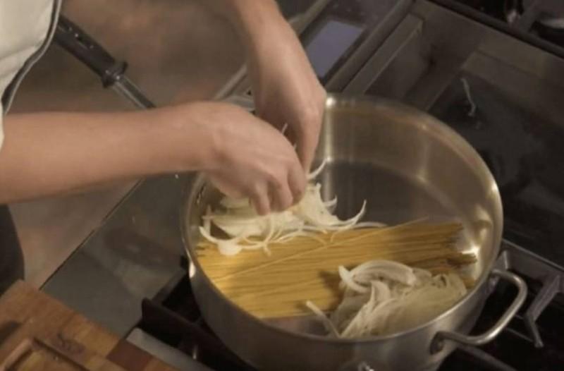 Βάζει τα μακαρόνια στην κατσαρόλα, και προσθέτει κρεμμύδι και… Το τελικό αποτέλεσμα; Εκπληκτικό!