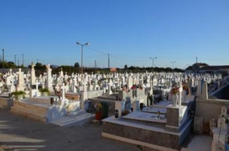 Μακάβριο σκηνικό στη Μεσσηνία: Μαθητές ξέθαψαν νεκρή και την έβαλαν καθιστή απέναντι από την είσοδο του νεκροταφείου!