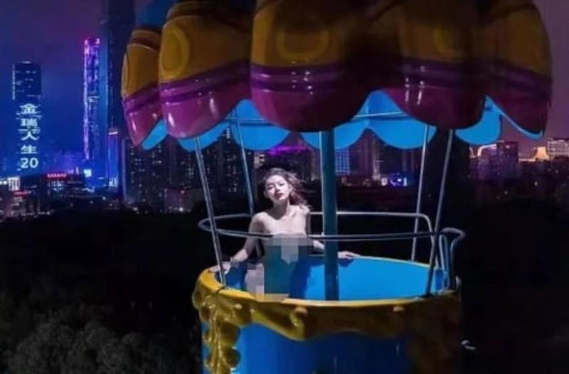 Σάλος: Μοντέλο πόζαρε χωρίς ρούχα σε λούνα παρκ! (Video)
