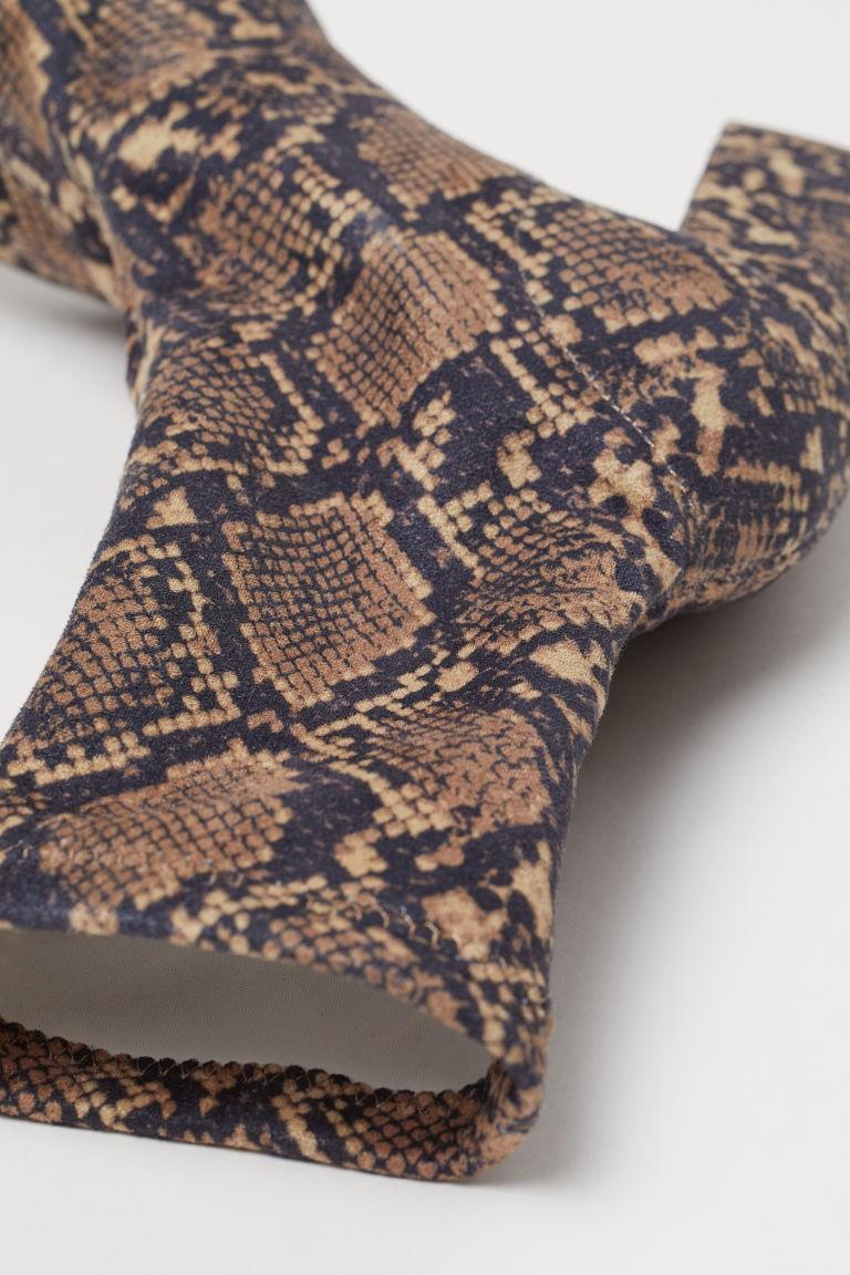 H&M: Το φιδέ μποτάκι κάλτσα που θα λατρέψεις! Κοστίζει λιγότερο από 30 ευρώ!