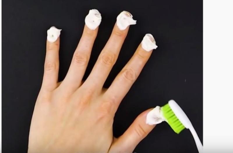 Βάζει οδοντόκρεμα στα νύχια της κάθε βράδυ...5 μέρες μετά τα αποτελέσματα είναι ορατά!