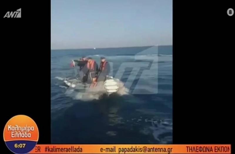 Τούρκοι λιμενικοί βγάζουν όπλο σε Έλληνες ψαράδες! (video)