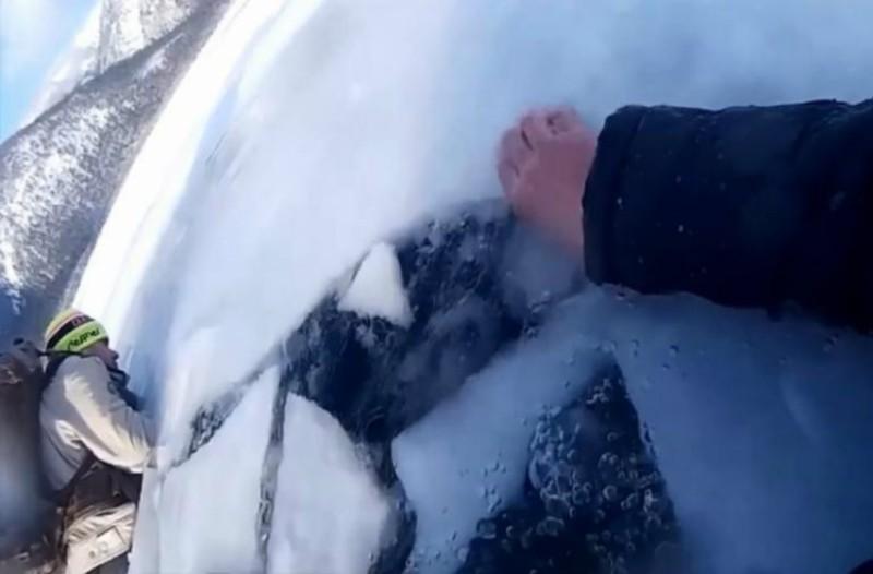 Βίντεο-σοκ: Έσπασε ο πάγος και βρέθηκαν σε παγωμένη λίμνη!