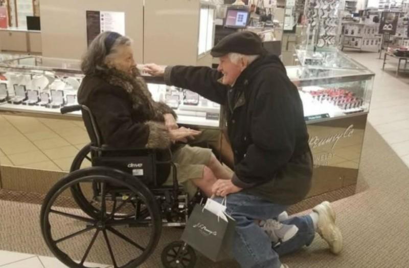 Παππούς στέκεται μπροστά στη γιαγιά και... Αυτό που συνέβη μετά θα σας κάνει να δακρύσετε!