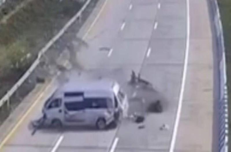Βίντεο-σοκ: Η τρομακτική στιγμή που τουρίστες πετάγονται έξω από λεωφορείο!