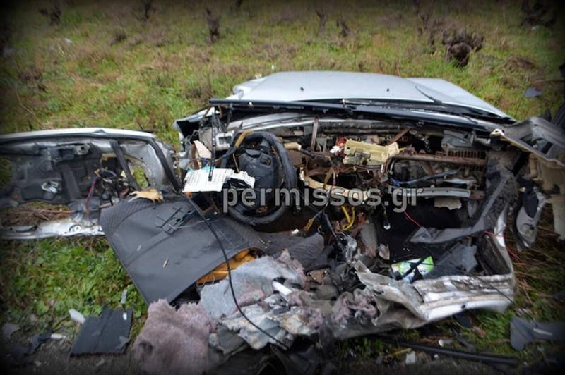 Τροχαίο στη Θηβών - Λιβαδειάς: Άμορφη μάζα το όχημα των δύο νέων!