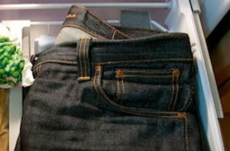 Έβαλε το τζιν παντελόνι της στην κατάψυξη! Μόλις δείτε το λόγο θα τρέξετε να το κάνετε!