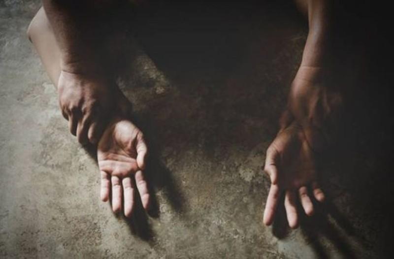 Κτηνωδία: Πατέρας βίαζε επι 20 χρόνια την κόρη του! Έκανε 4 παιδιά!