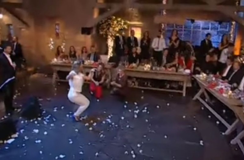 Το πιο αστείο ζεϊμπέκικο στην ελληνική τηλεόραση: Σηκώθηκε στο πλατό και έγινε... ρεζίλι των σκυλιών!