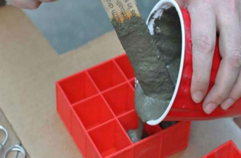 Ρίχνει τσιμέντο σε μια παγοθήκη και βάζει μέσα μια βίδα! Το αποτέλεσμα θα σας εκπλήξει!