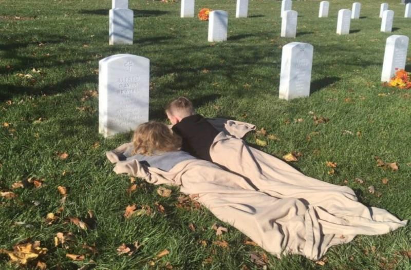 Αυτά τα 2 αδελφάκια κοιμήθηκαν στον τάφο του νεκρού πατέρα τους -  Όταν ξύπνησαν αποκάλυψαν στη μαμά τους κάτι σοκαριστικό