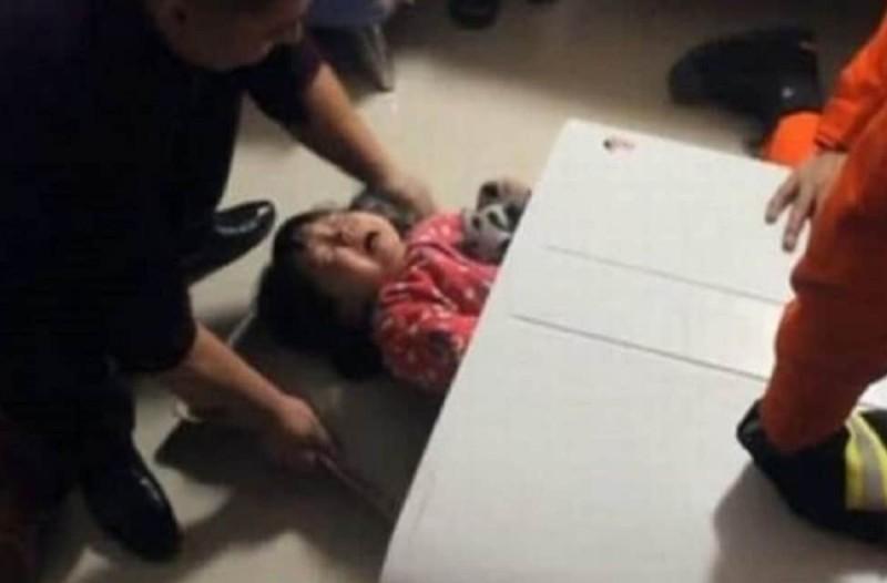 2χρονο κοριτσάκι εγκλωβίστηκε σε πλυντήριο - Το βίντεο από τον απεγκλωβισμό της σοκάρει