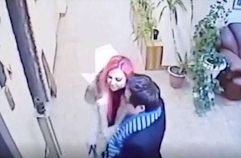 Η κάμερα τους κατέγραψε να μπαίνουν χαμογελαστοί στο διαμέρισμά τους. Αυτό που συνέβη λίγα λεπτά αργότερα θα σας κάνει να