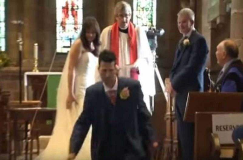 Ο ιερέας ήταν έτοιμος να αρχίσει το μυστήριο του γάμου και ο γαμπρός έφυγε τρέχοντας από την εκκλησία για τον πιο απίστευτο λόγο!