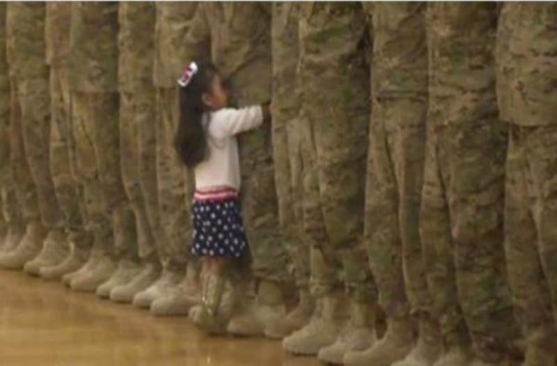 Θα δακρύσετε! Η συγκινητική στιγμή που 4χρονο κοριτσάκι βλέπει τον μπαμπά του μετά από μήνες και τρέχει να τον αγκαλιάσει!