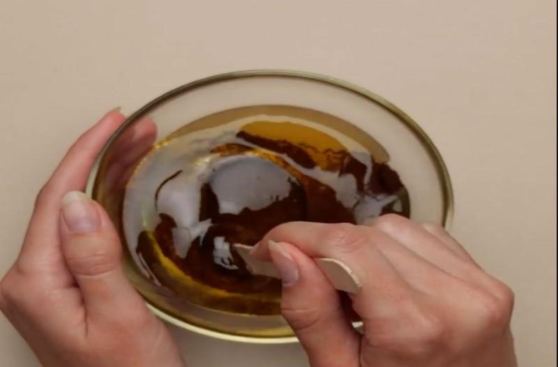 Έβαλε σε ένα μπολ καφέ και μέλι και το άπλωσε στους γλουτούς της! Μόλις δείτε το αποτέλεσμα θα τρέξετε να το κάνετε!