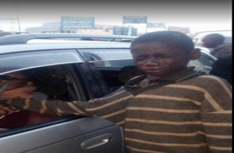 Άστεγο αγόρι πλησιάζει ένα αυτοκίνητο για να ζητιανέψει μόλις όμως κοίταξε πιο προσεκτικά την θέση του οδηγού, πάγωσε!