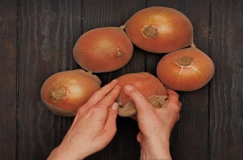 Πήρε ένα καλσόν και έβαλε μέσα μερικά κρεμμύδια... Μόλις δείτε το λόγο θα τρέξετε να το κάνετε!