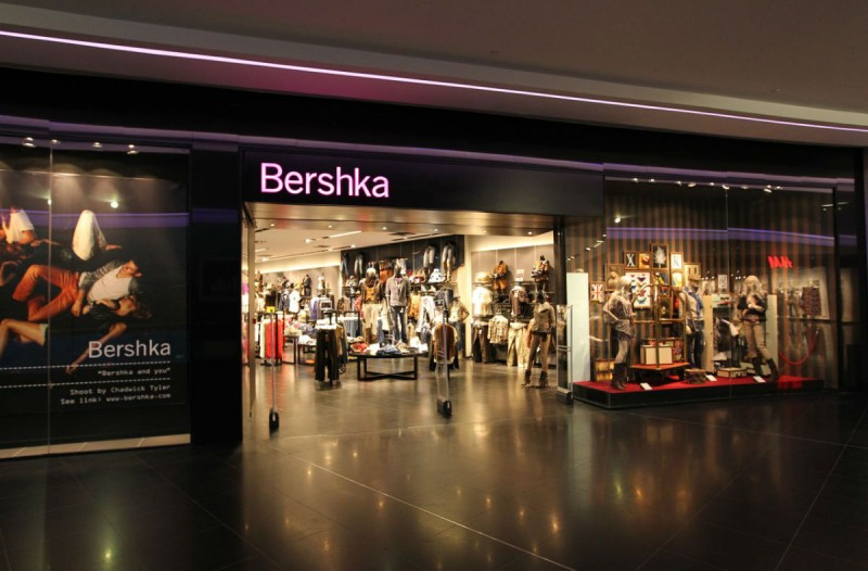 Bershka: Το απλό και στιλάτο φόρεμα που λατρεύουν οι Instagrammers κοστίζει μόνο 10 ευρώ!