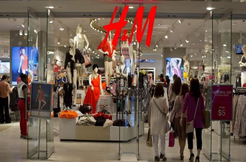 H&M: Το λουλουδάτο μπλουζάκι που θα σου φτιάξει την διάθεση, είναι το must have της εποχής και κοστίζει μόνο 12 ευρώ