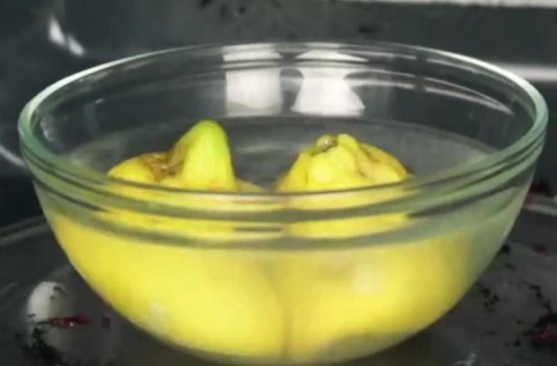 Βάζει ένα μπολ με λεμόνι και νερό στον φούρνο μικροκυμάτων! Μετά απο 3 λεπτά καταφέρνει να απαλλαγεί από...