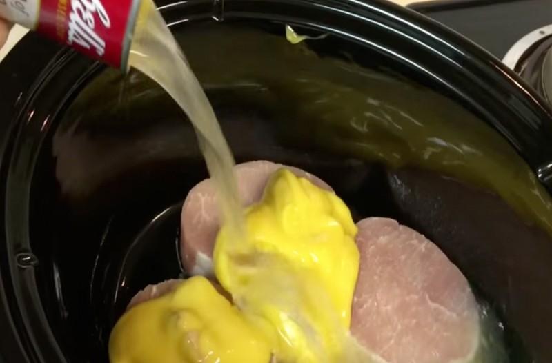 Βάζει στο ταψί μπριζόλες και ρίχνει από πάνω μόνο 2 υλικά...Το καλύτερο πιάτο για την Τσικνοπέμπτη!