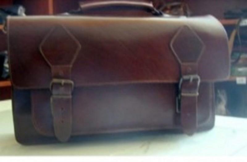 Νεαρός βρήκε μια μυστηριώδη τσάντα μέσα στο σπίτι του…που δεν την είχε ξαναδεί μέσα…του σηκώθηκε η τρίχα