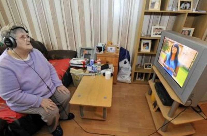 74χρονη γιαγιά φόρεσε ακουστικά για να ακούει την τηλεόραση. Ο λόγος θα σας εξοργίσει!