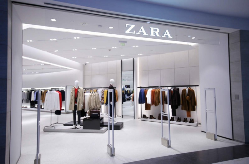 Πανικός στα ZARA με αυτό το φόρεμα - Έχει ανάγλυφο ύφασμα και τιμή σοκ!