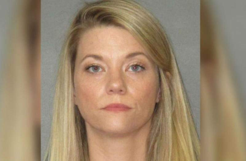 34χρονη καθηγήτρια είχε ερωτικές επαφές με 15χρονο, ενώ κοιμόταν το 7χρονο παιδί της!